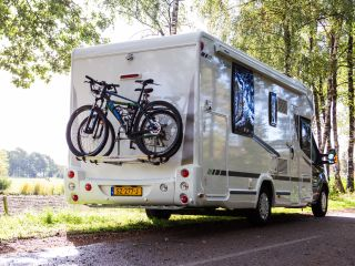 Chausson limited edition met xxl queens bed een grote garage.