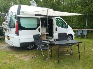 Luxe compacte camper met binnen/buiten koken en licht en ruim interieur.