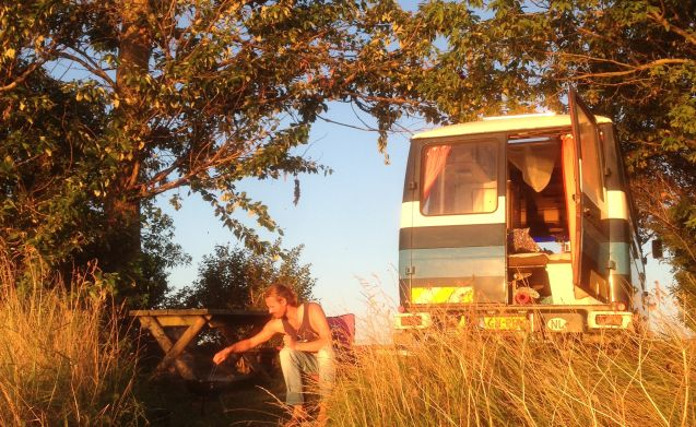 Bussie – Bussie! Tough and cozy (wild) camping in this Mercedes 409