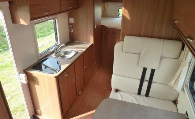 Camper for 6 people, fixed bed / BF6