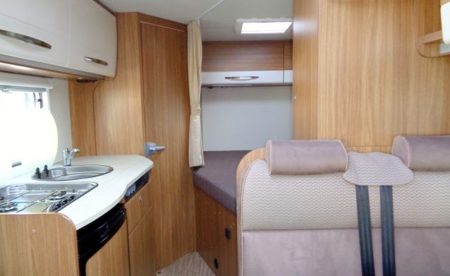 Spacious camper for 3 people, French bed / CC3