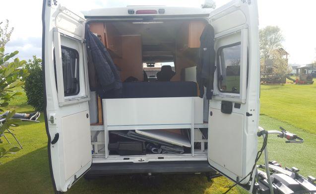 Buscamper, praktisch ingericht voorzien van alle gemakken