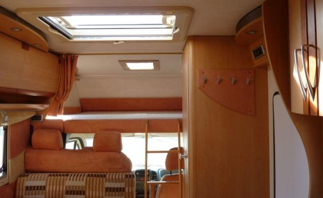 Eura Mobiel met stapelbed en opklapbare garage! Compleet met inventaris.