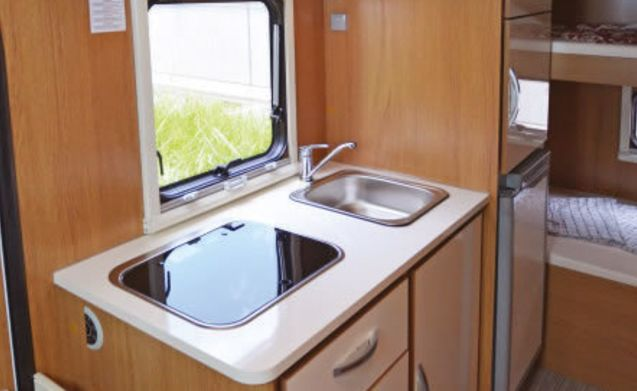 alcove motorhome 6 people