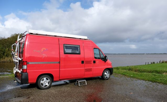Het rode bussie – Complete, compact, comfortable and competitive is our red bus camper