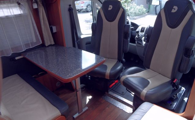 Dethleffs Magic Edition Black – Mooie Black Magic Edition half-integraal camper van Dethleffs