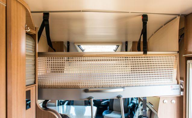 Schöner Adria Sun Living Automat mit 2x 2 Personen Festbetten.