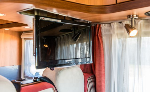 Class Hymer with freestanding Queensbed attractive topcamper!