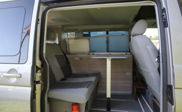 Cali – VW California huren? Geniet met 4 personen van deze luxe camperbus