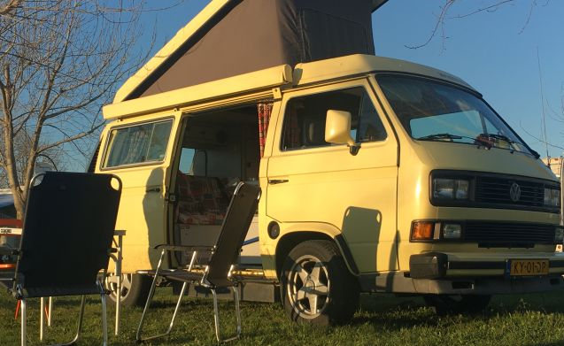 Basta  – Roadtrip in a bright yellow Volkswagen T3 westfalia