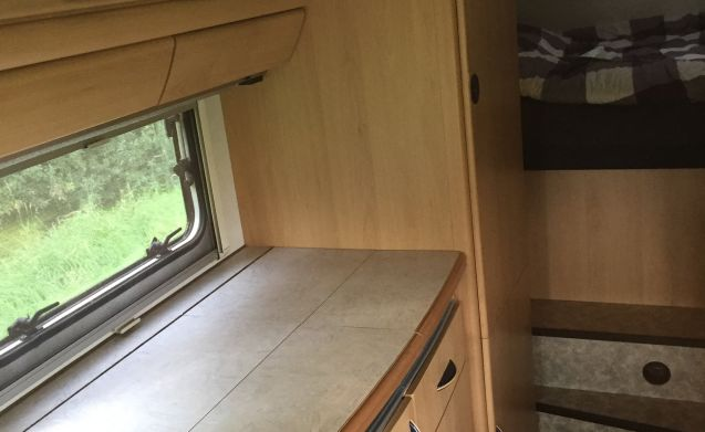 Traveler – Strong family camper for 6 people on B driving license with towbar and garage!