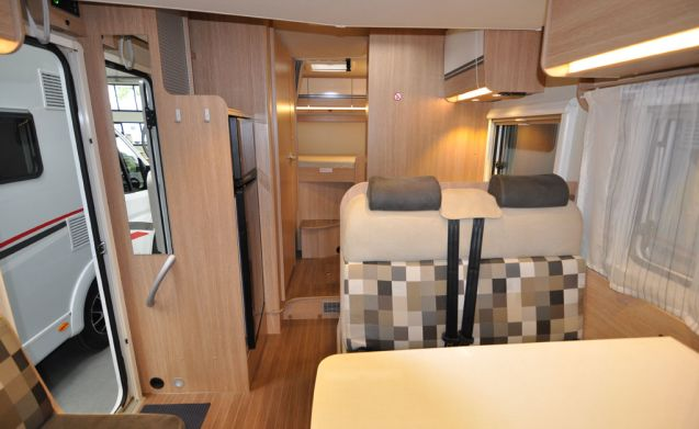 Comfort dwars bed (29) – Spacious, luxurious and almost new 4-person camper with a transverse bed and fold-out bed