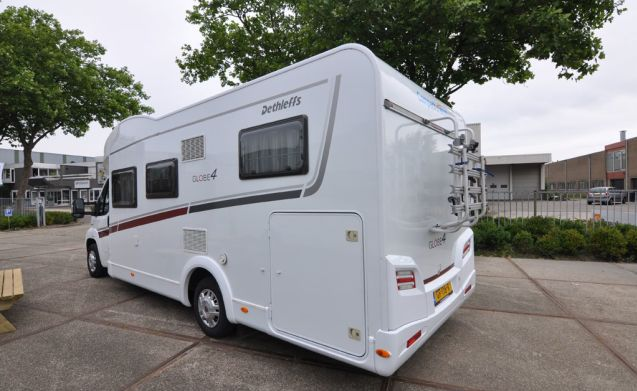 Comfort enkele bedden (15) – Spacious, luxurious and young 4-person camper with single beds and a fold-out bed