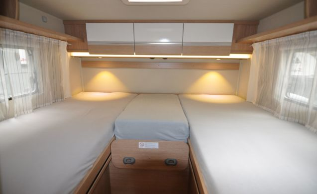 Comfort enkele bedden (10) – Spacious, luxurious and young 4-person camper with single beds and fold-out bed