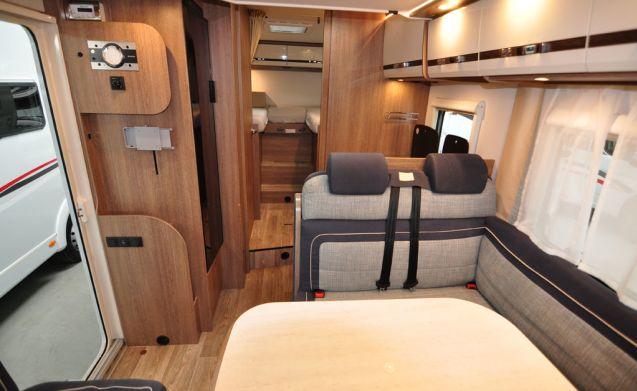 Comfort enkele bedden (28) – Spacious, luxurious and almost new 4-person camper with single beds and fold-out bed