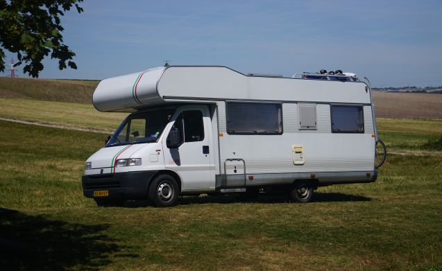 Tricolore – Luxury camper with air conditioning + family navigation with (big) children