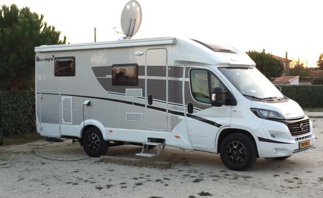 Compacte luxe camper met enkele bedden, TV en airco
