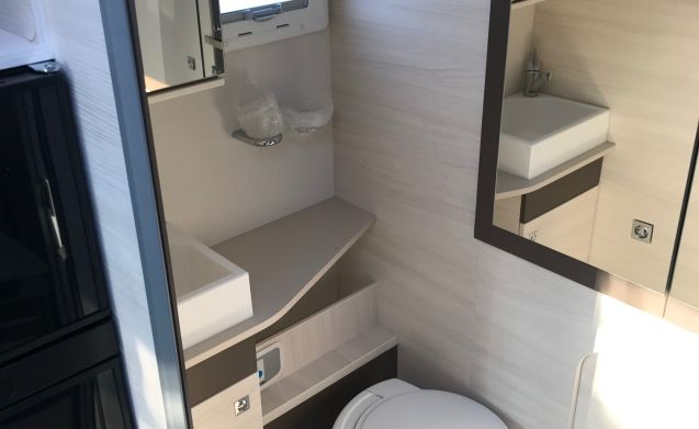 Nieuwe (2019) mobilhome, ruime zithoek en douche, apart toilet