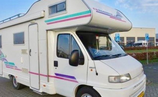 Fijne & ruime Adria camper (6 pers.) met XL garage, vast bed en inventaris!