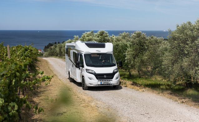 Luxurious and spacious semi-integrated T448 4P