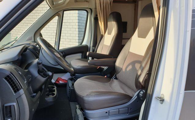 Mooie jonge en luxe camper – Erg Luxe Sunlight T68 met 2x AIRCO, XL lengtebed en Hefbed.