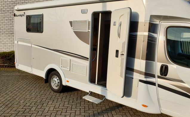 Mooie jonge en luxe camper – Very luxurious Sunlight T68 with 2x AIRCO, XL lengthbed and Hefbed.