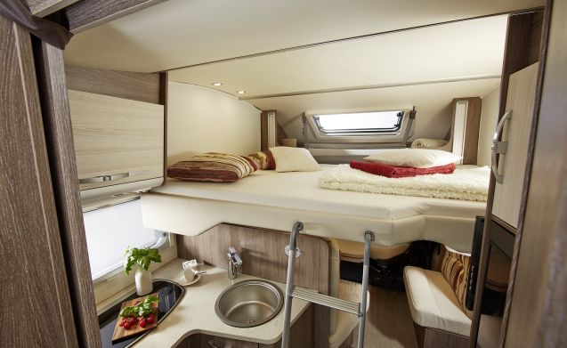 Bürstner Ixeo IT745 – Spacious, luxurious camper with 5 legal seats and berths.