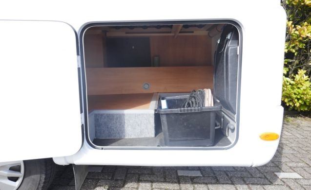 Nice compact camper with 2-person fixed bed and 2-person pull-out bed.