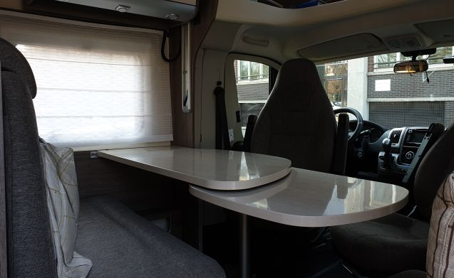 Very cozy and spacious 4-person camper from 2016, automatic transmission, cruise control
