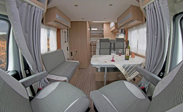 Luxurious, comfortable camper with 2-person fixed bed and 2-person pull-out bed!