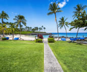 Enjoy accèss to the Mauna Lani beach club.  The protected bay makes for great snorkelling and stand up paddling.