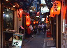 Go bar hopping on an evening in Shinjuku!