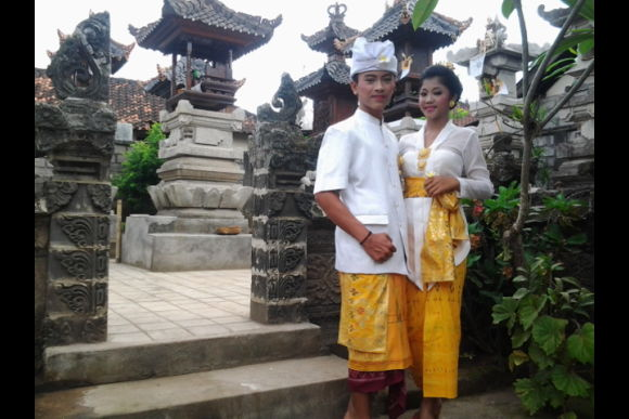 Shop for a Balinese Outfit and Visit a Temple like a Local - 0