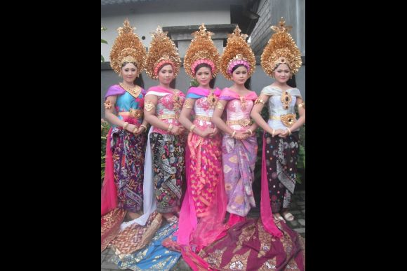 Photoshoot in Formal Balinese Wedding Outfit - Payas Agung - 0