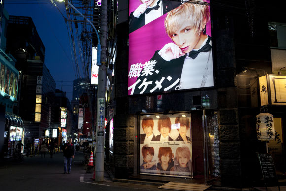 Visit a Host Club in Shinjuku: Lady's night life with locals - 4