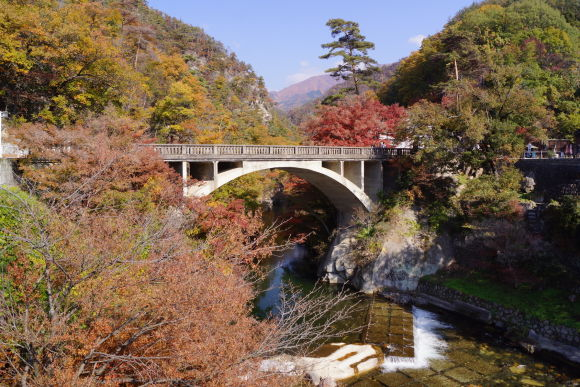 Enjoy the autumn colors and the nature of Shosenkyo Gorge - 0