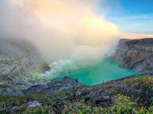 カワイジェン火山ツアー 〜神秘の「ブルーファイヤー(青い炎)」火口湖〜<英語ガイド>