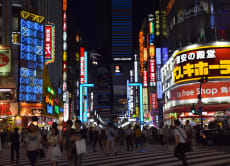 Go bar hopping on an evening in Shinjuku!