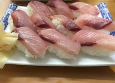 Eat inexpensive sushi in a standing bar in Tokyo!