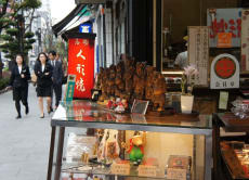 Explore Tsukiji like a pro-buyer & have a fancy sushi lunch!
