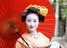 Take photos with a real Kyoto maiko at scenic locations