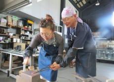 在新瀉縣三條市的鍛冶工坊裡製作日式風鈴