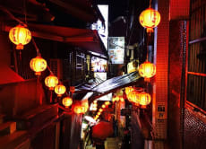 夜の九ふん散策と十分天燈上げ体験 (日本語ガイド付バスツアー)