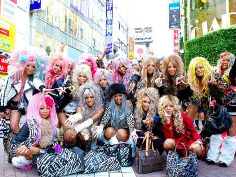 Gyaru Make-up and Purikura Shooting in the new Ganguro Cafe!