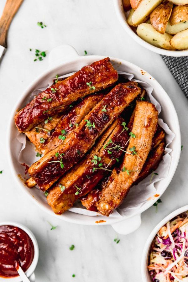 Image of Costillas BBQ con ensalada de col y papas