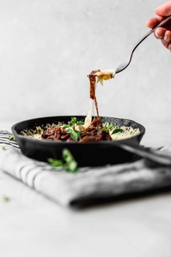 Image of Provolone al horno con cebolla caramelizada