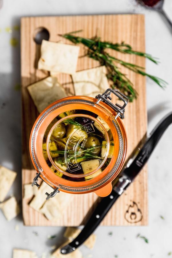 Image of Queso y aceitunas marinados con Sumac