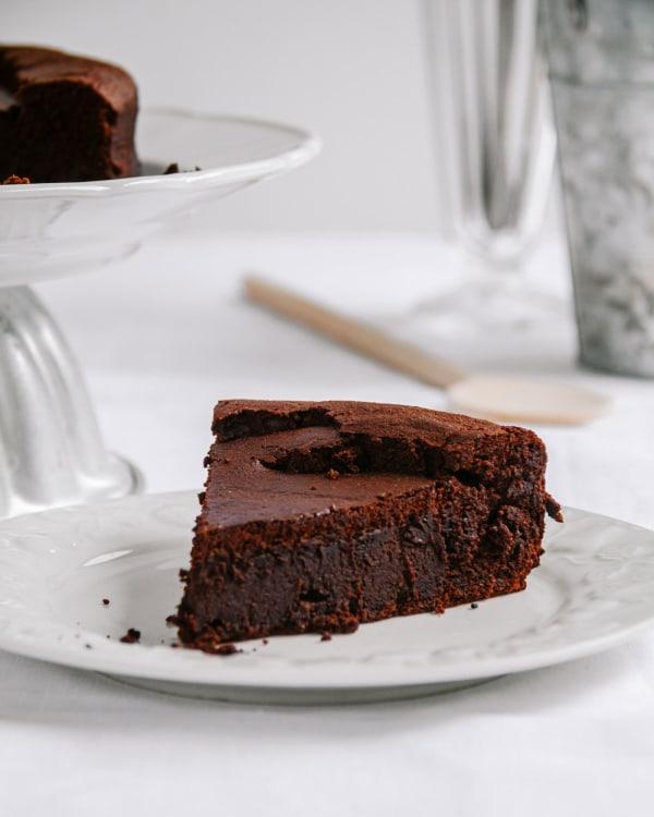 Gluten-Free-Fudgy-Flourless-Chocolate-Cake-Recipe-Smor-Kitchen-By-Jaharn-Quinn