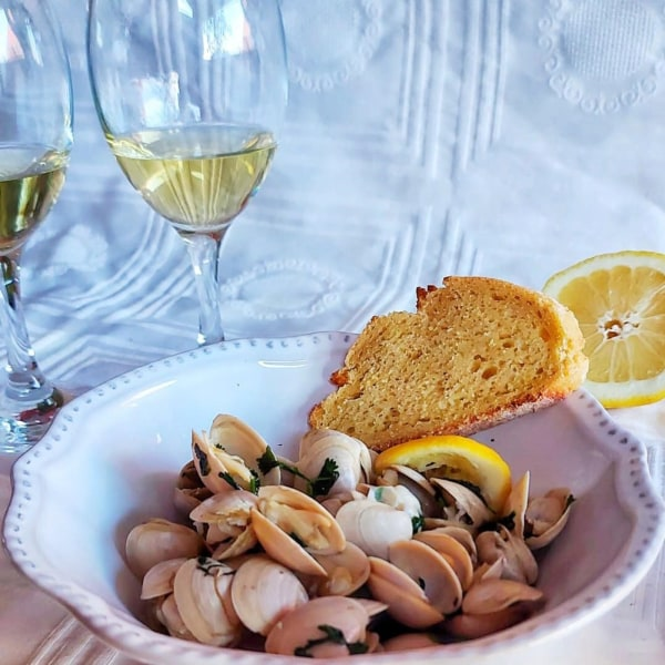clams with white wine, lemon juice and coriander sauce
