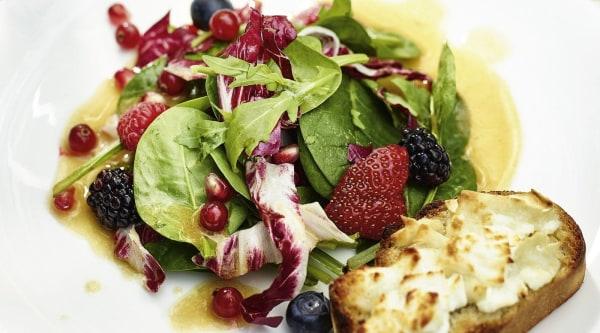 Sommersalat mit roten Beeren und Ziegenbrie-Crostini Rezept